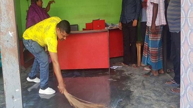 offices of awami league washed with milk02